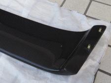 スポイラー|車体取り付け用の埋め込みボルト(右)の写真
