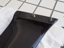 スポイラー|車体取り付け用の埋め込みボルト(左)の写真