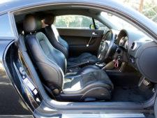 座面低めですが乗り降りしやすい運転席の写真